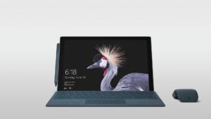 Surface Pro mit Maus und Stift auf grauem Farbverlauf